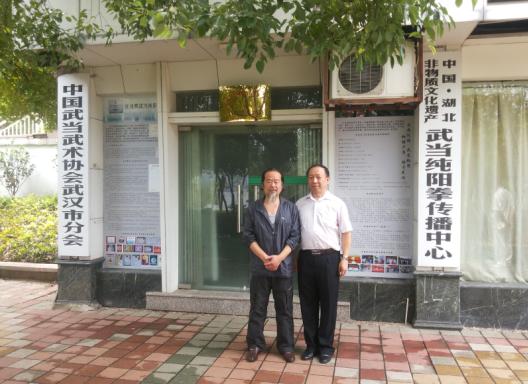 左一为纯阳拳第二十三代宗师汪兆辉 右一为协会负责人洪峰